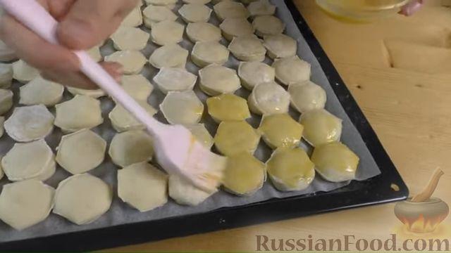 Фото приготовления рецепта: Дрожжевые мини-пирожки с картофельным пюре с зеленью и моцареллой - шаг №11