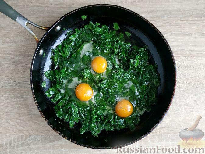 Фото приготовления рецепта: Рулетики из свинины со шпинатом и яйцами - шаг №5