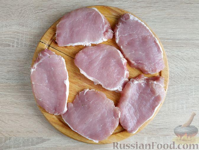 Фото приготовления рецепта: Рулетики из свинины со шпинатом и яйцами - шаг №8