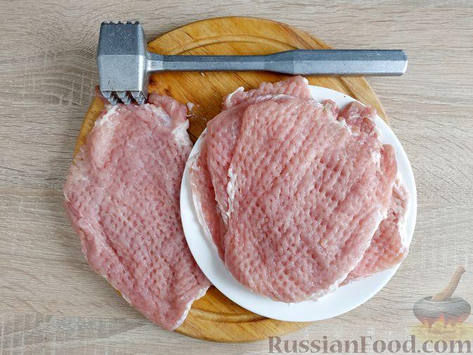 Фото приготовления рецепта: Рулетики из свинины со шпинатом и яйцами - шаг №9