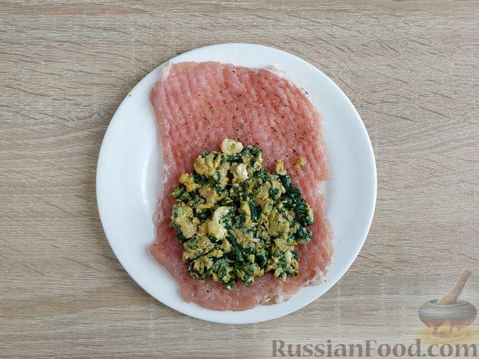 Фото приготовления рецепта: Рулетики из свинины со шпинатом и яйцами - шаг №11