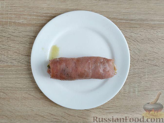Фото приготовления рецепта: Рулетики из свинины со шпинатом и яйцами - шаг №12