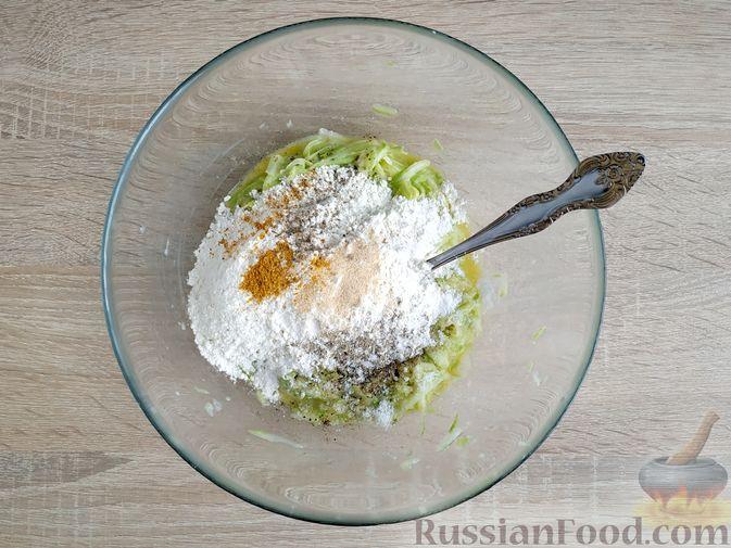 Фото приготовления рецепта: Кексики с кабачками и манкой - шаг №8
