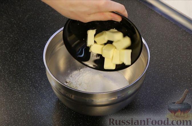 Фото приготовления рецепта: Творожная запеканка с тыквой, изюмом и корицей - шаг №5