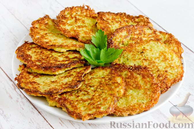 Фото к рецепту: Картофельные драники с манкой, яблоком и кабачком