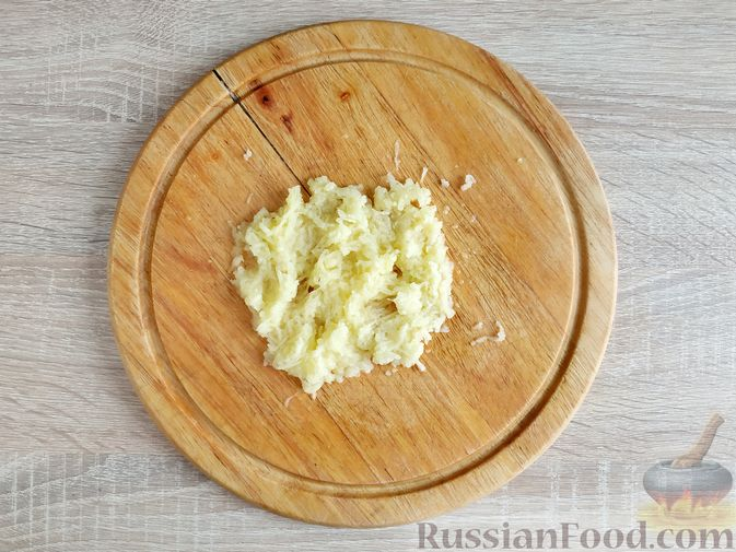Фото приготовления рецепта: Картофельные драники с манкой, яблоком и кабачком - шаг №4