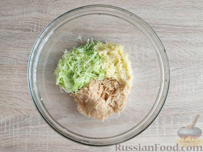 Фото приготовления рецепта: Картофельные драники с манкой, яблоком и кабачком - шаг №5