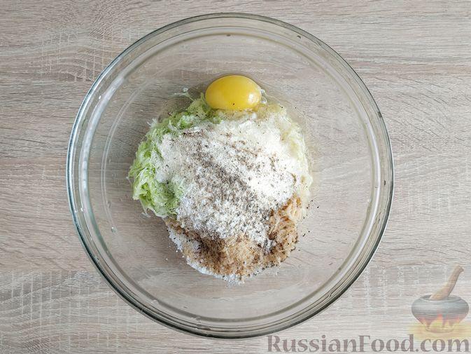 Фото приготовления рецепта: Картофельные драники с манкой, яблоком и кабачком - шаг №6