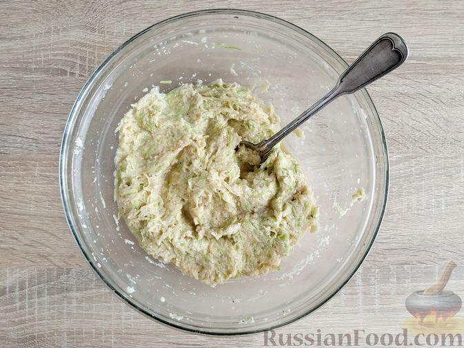 Фото приготовления рецепта: Картофельные драники с манкой, яблоком и кабачком - шаг №7
