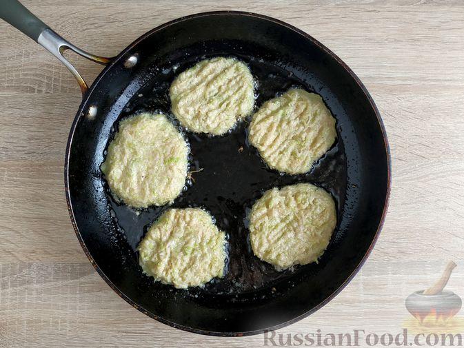 Фото приготовления рецепта: Картофельные драники с манкой, яблоком и кабачком - шаг №8