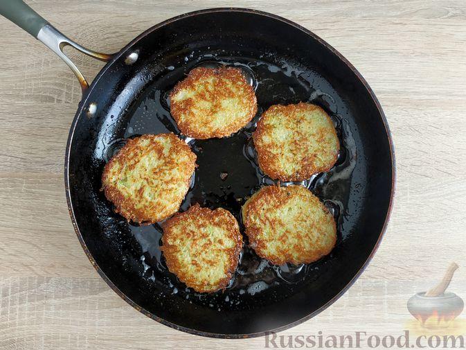 Фото приготовления рецепта: Картофельные драники с манкой, яблоком и кабачком - шаг №9