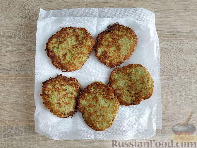 Фото приготовления рецепта: Картофельные драники с манкой, яблоком и кабачком - шаг №10