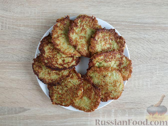 Фото приготовления рецепта: Картофельные драники с манкой, яблоком и кабачком - шаг №11
