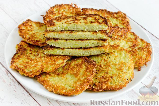 Фото приготовления рецепта: Картофельные драники с манкой, яблоком и кабачком - шаг №12