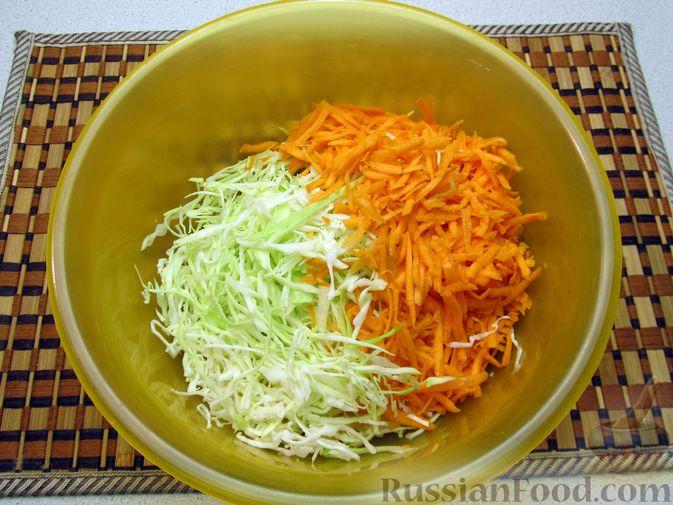 Фото приготовления рецепта: Салат из капусты, моркови и яблока, с соевым соусом - шаг №3