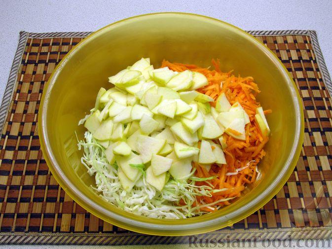 Фото приготовления рецепта: Салат из капусты, моркови и яблока, с соевым соусом - шаг №4