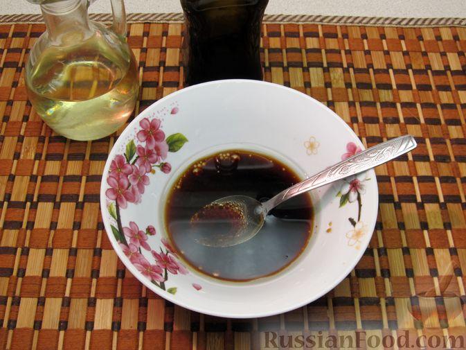 Фото приготовления рецепта: Салат из капусты, моркови и яблока, с соевым соусом - шаг №5