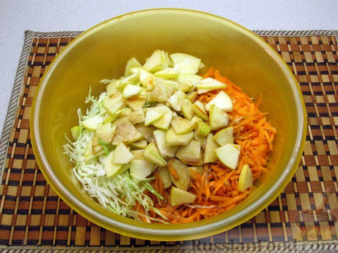 Фото приготовления рецепта: Салат из капусты, моркови и яблока, с соевым соусом - шаг №6