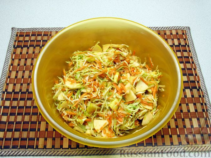 Фото приготовления рецепта: Салат из капусты, моркови и яблока, с соевым соусом - шаг №7