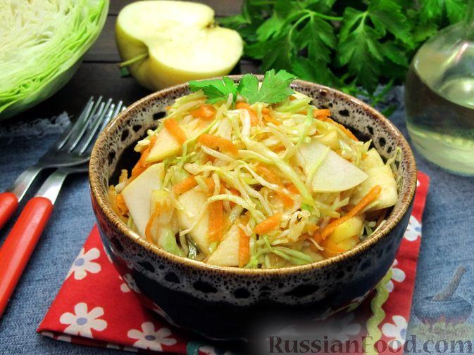 Фото приготовления рецепта: Салат из капусты, моркови и яблока, с соевым соусом - шаг №8