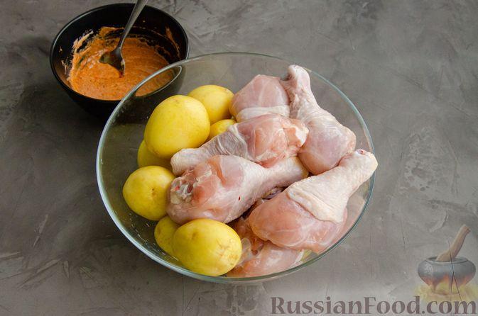 Фото приготовления рецепта: Куриные голени, запечённые с молодой картошкой (в рукаве) - шаг №3