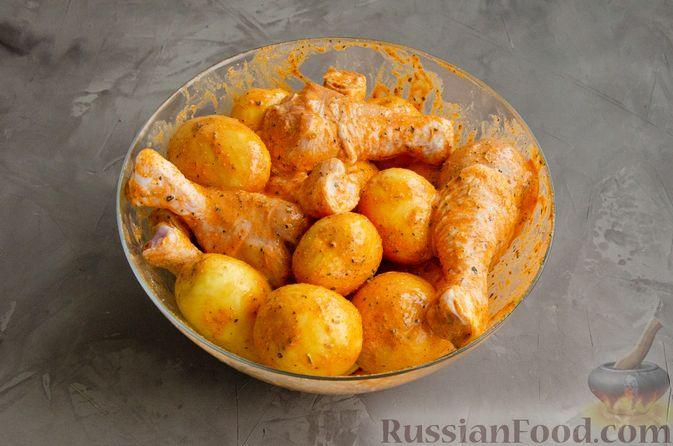 Фото приготовления рецепта: Куриные голени, запечённые с молодой картошкой (в рукаве) - шаг №4