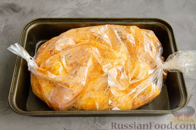 Фото приготовления рецепта: Куриные голени, запечённые с молодой картошкой (в рукаве) - шаг №5