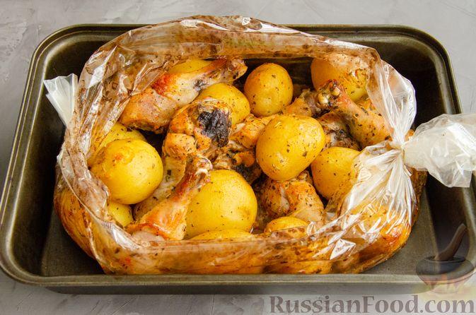 Фото приготовления рецепта: Куриные голени, запечённые с молодой картошкой (в рукаве) - шаг №6
