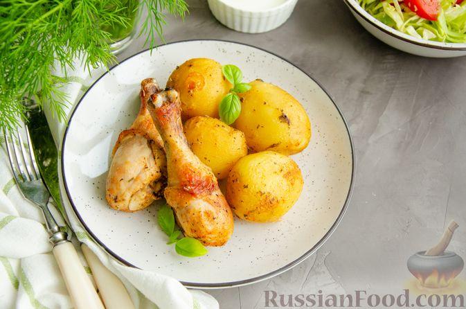 Фото приготовления рецепта: Куриные голени, запечённые с молодой картошкой (в рукаве) - шаг №7