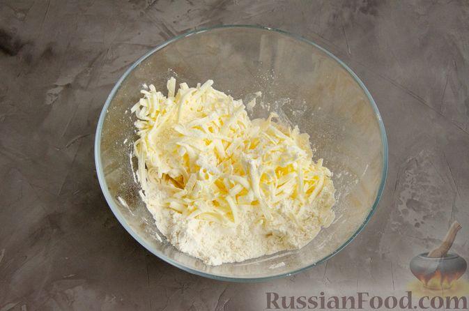 Фото приготовления рецепта: Насыпной пирог с творогом, сметаной, сгущёнкой и шоколадом - шаг №2