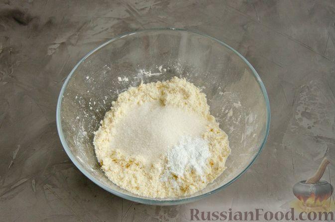 Фото приготовления рецепта: Насыпной пирог с творогом, сметаной, сгущёнкой и шоколадом - шаг №3
