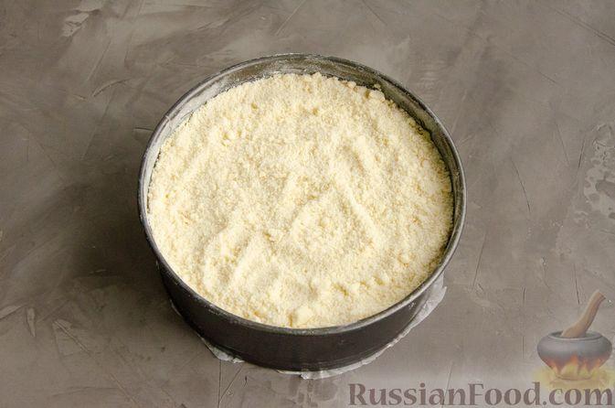 Фото приготовления рецепта: Насыпной пирог с творогом, сметаной, сгущёнкой и шоколадом - шаг №9