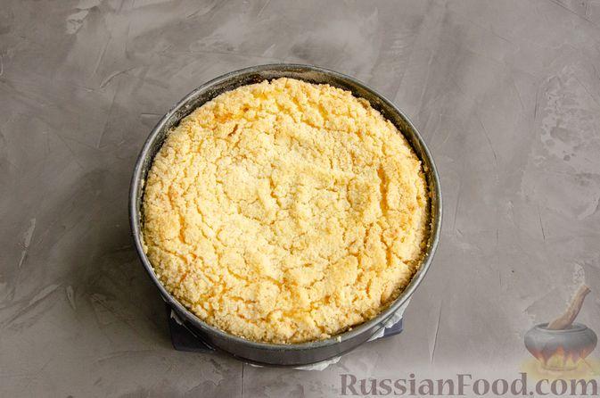 Фото приготовления рецепта: Насыпной пирог с творогом, сметаной, сгущёнкой и шоколадом - шаг №10