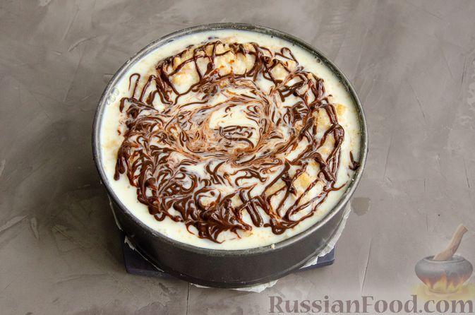 Фото приготовления рецепта: Насыпной пирог с творогом, сметаной, сгущёнкой и шоколадом - шаг №14
