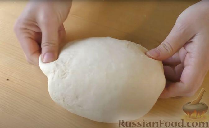 Фото приготовления рецепта: Дрожжевые мини-пирожки с картофельным пюре с зеленью и моцареллой - шаг №4