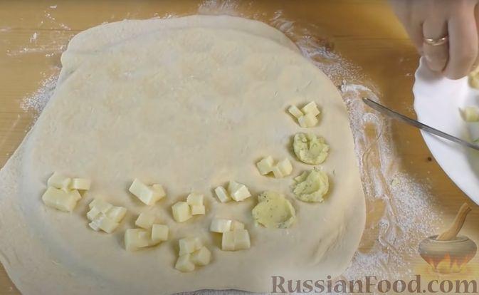 Фото приготовления рецепта: Дрожжевые мини-пирожки с картофельным пюре с зеленью и моцареллой - шаг №8