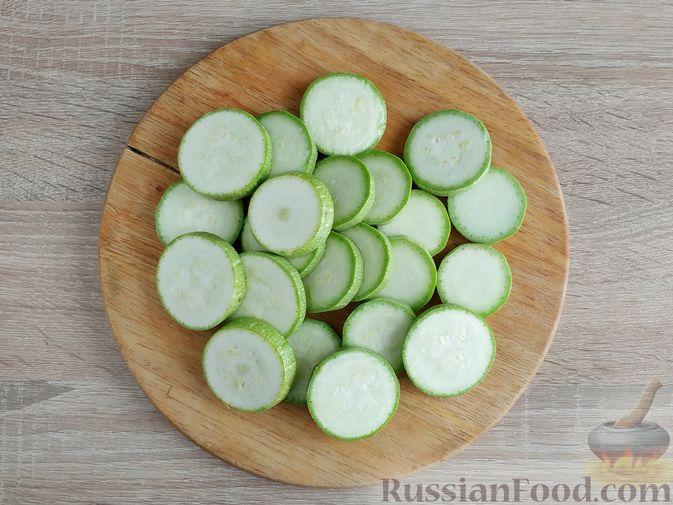 Фото приготовления рецепта: Кабачковые оладьи в кабачковых кольцах - шаг №2