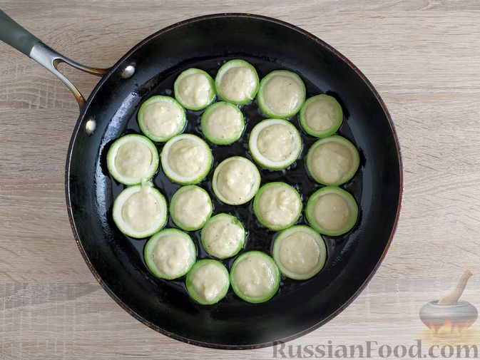 Фото приготовления рецепта: Кабачковые оладьи в кабачковых кольцах - шаг №9