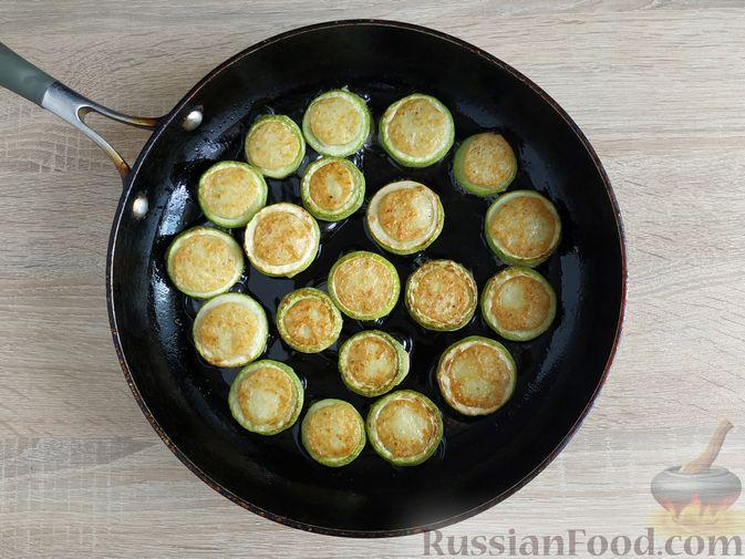 Фото приготовления рецепта: Кабачковые оладьи в кабачковых кольцах - шаг №10