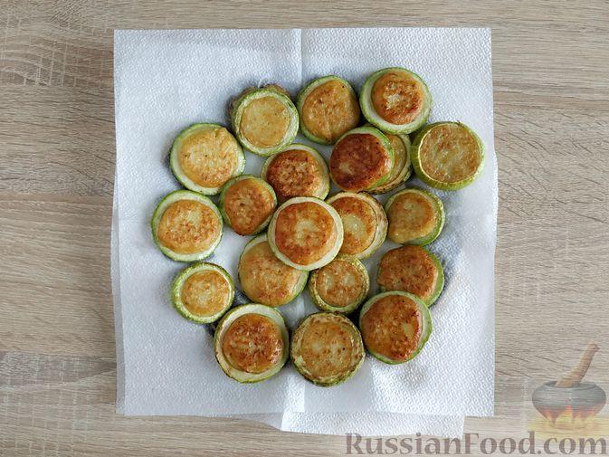 Фото приготовления рецепта: Кабачковые оладьи в кабачковых кольцах - шаг №11