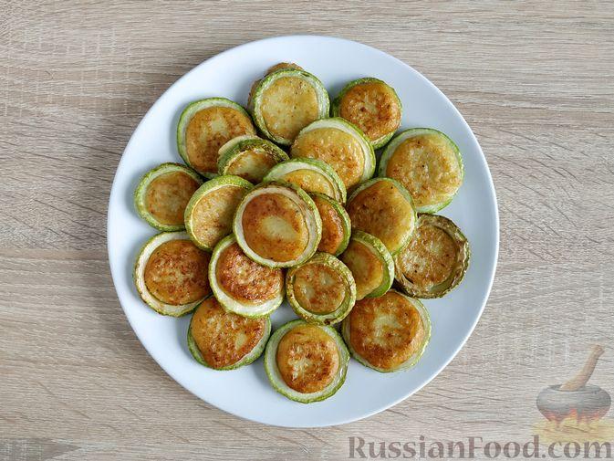 Фото приготовления рецепта: Кабачковые оладьи в кабачковых кольцах - шаг №12