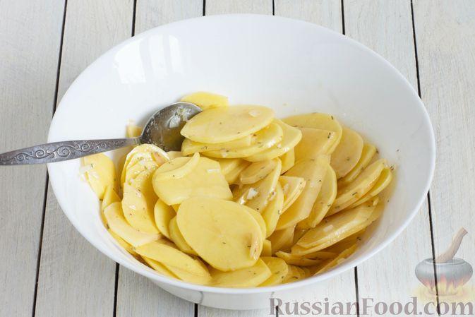 Фото приготовления рецепта: Картофельная запеканка с оливками, розмарином и чесноком - шаг №4
