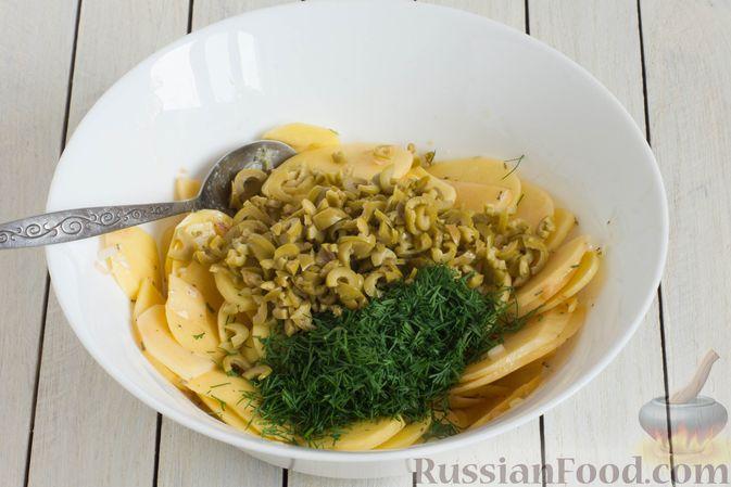 Фото приготовления рецепта: Картофельная запеканка с оливками, розмарином и чесноком - шаг №5