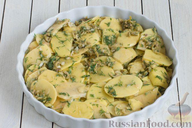 Фото приготовления рецепта: Картофельная запеканка с оливками, розмарином и чесноком - шаг №6