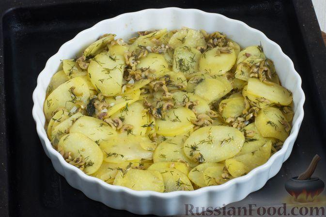 Фото приготовления рецепта: Картофельная запеканка с оливками, розмарином и чесноком - шаг №7