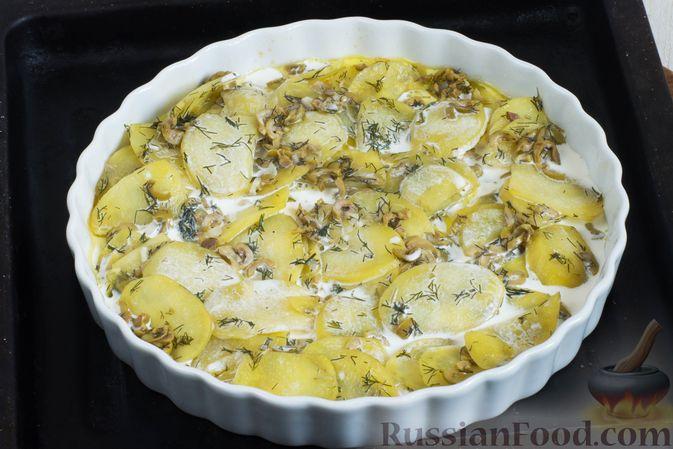 Фото приготовления рецепта: Картофельная запеканка с оливками, розмарином и чесноком - шаг №8
