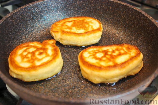 Фото приготовления рецепта: Оладьи на ряженке - шаг №5