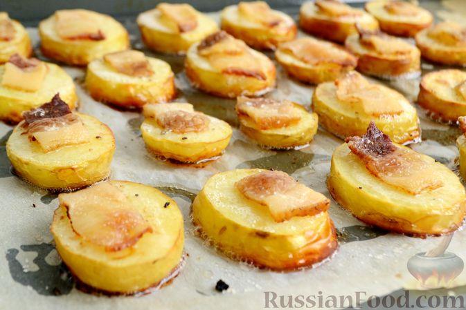 Фото к рецепту: Молодой картофель, запечённый с салом