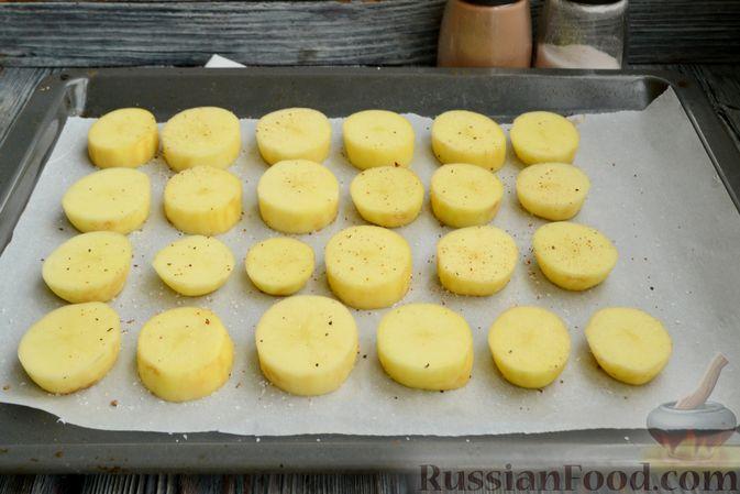 Фото приготовления рецепта: Молодой картофель, запечённый с салом - шаг №3
