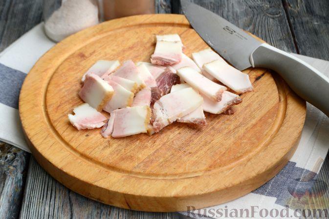 Фото приготовления рецепта: Молодой картофель, запечённый с салом - шаг №4